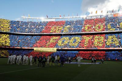 Un gran mosaico de los aficionados catalanes inundó la grada del Camp Nou.