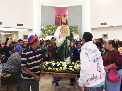 Cientos de laguneros de todas las edades, algunos ataviados como San Judas, abarrotan la parroquia del llamado Patrono de las Causas difíciles y desesperadas.