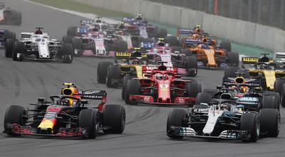 El holandés holandés Max Verstappen y el británico Lewis Hamilton corren durante el Gran Premio de México.