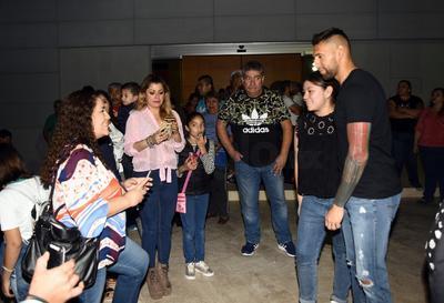 Orozco se tomó el tiempo de sacarse fotos con todos los que se acercaron a pedírselas.