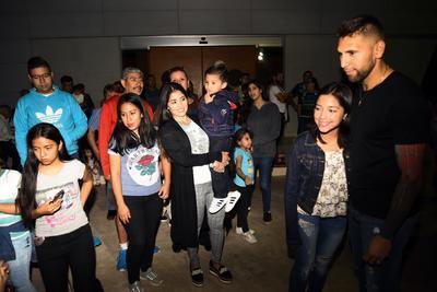 Los aficionados aprovecharon para tomarse fotos con el portero.