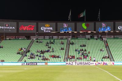 """En las tribunas abunda el verde y blanco... de las butacas, pero entre los asistentes prevalece el buen ánimo. """"Hoy si vamos a ganar, apuesto lo que sea"""", asegura un aficionado con confianza."""