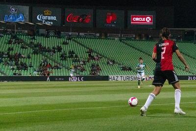 Se nota que muchos de los aficionados que fueron esta noche al estadio tienen a alguien conocido sobre el campo, se saben sus nombres pese a no aparecer en los noticieros nacionales.