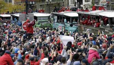 Las calles lucieron llenas desde el arranque del desfile.
