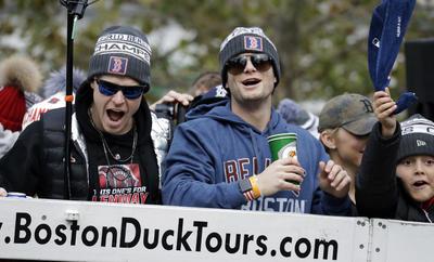 Brock Holt y Andrew Benintendi interactúan con los aficionados.