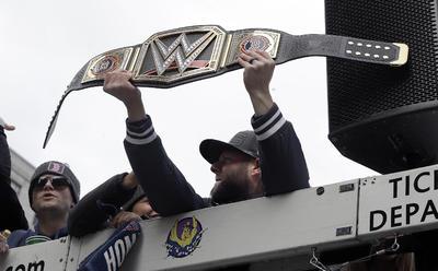 Dustin Pedroia muestra a la gente un cinturón de la WWE.