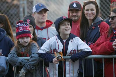 Chicos y grandes salieron a las calles de Boston para compartir un gran momento con sus jugadores.