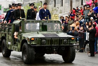 Carros militares desfilaron en Saltillo.