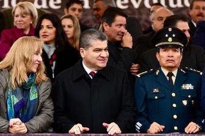 El gobernador Miguel Ángel Riquelme disfruta del desfile junto a autoridades militares en Monclova.