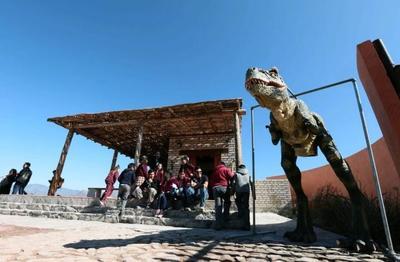 Se resalta la abundancia en restos de esqueletos de dinosaurios con excelente estado de preservación.