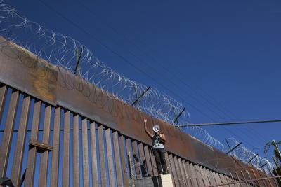 Un grupo de ellos treparon la primera valla fronteriza que divide ambos países, en tanto la policía fronteriza estadounidense les lanzó gases lacrimógenos, lo que obligó a la mayoría de ellos a replegarse.