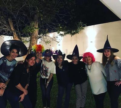 Amigas se reunieron para festejar la noche de brujas.