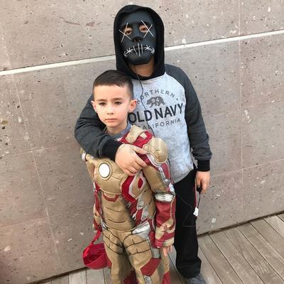 Hermanos disfrazados de sus personajes favoritos.