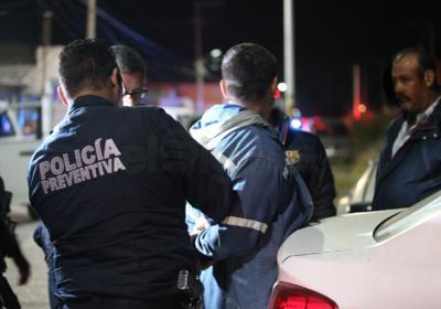 Varios chicos a bordo de un vehículo fueron arrestados, traían huevos, cervezas y una bolsa con marihuana.