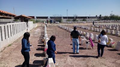 Fueron más de un centenar de deudos, que de inmediato acudieron a las tumbas de sus familiares.