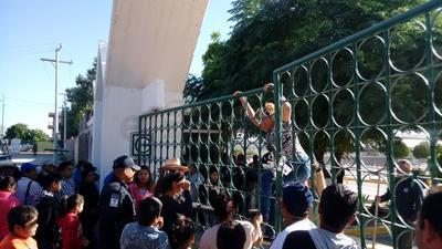 Por la fuerza, deudos ingresaron al Panteón Jardines del Carmen de Torreón.