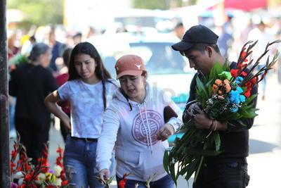 Los locatarios del Excuartel Juárez aprovecharon el 2 de Noviembre para resarle a la Santa Muerte, su patrona.