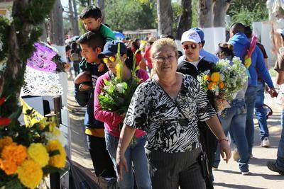 Son muchas las personas que llevan cuando menos un arreglo floral a la tumba de sus seres queridos.