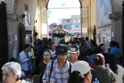 Quienes encuentran el sentido religioso del Día de Muertos participaron en los diferentes oficios que se celebraron.