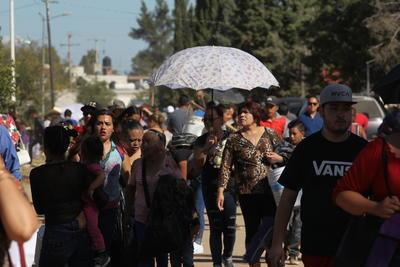 Miles de familias se reunieron para llevar ofrendas florales a las tumbas de familiares o amigos.