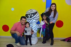 03112018 LA PASAN MUY BIEN.  Bárbara, Vicky y Leo.