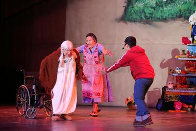 Disfrutan familias de Durango la obra 'Coco'