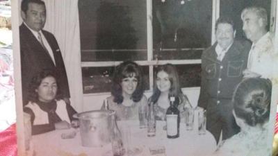 04112018 Don Alfredo Alarcón, José Alfredo Jiménez, Magaly Alarcón, Alicia Juárez y don Humberro Hilario, en el festejo de los 25 años de Bodas de plata de los Alarcón y también del cantautor.
