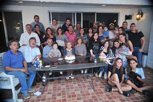 04112018 CUMPLEAñOS EN FAMILIA.  Raquel Bañuelos Vda. de Michel acompañada de sus hijos y nietos y de su hermana, Sara Bañuelos.
