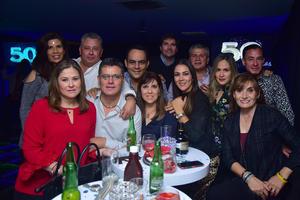06112018 DIVERTIDA VELADA.  Paulo Barba con algunos de los invitados a su fiesta de cumpleaños.