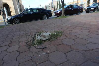 El suelo se resquebraja, ante la prolongada falta de mantenimiento.