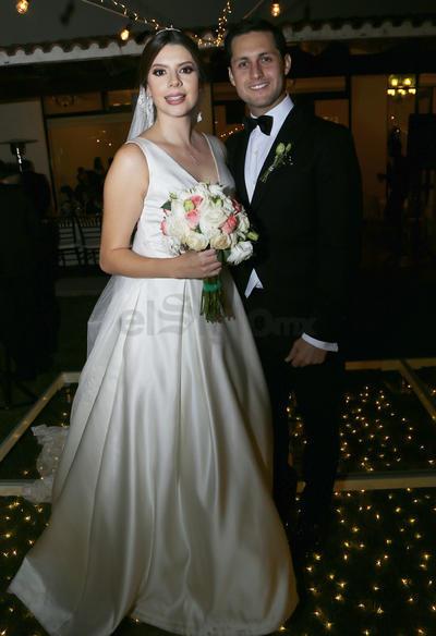 Fernanda Flores y Antonio Mier lucieron espectaculares en el día de su boda.