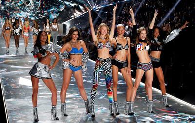 """Con el magnetismo de las modelos y los cantantes del momento, y buenas dosis de brillos, plumas y """"glamour"""", Victoria's Secret busca reencontrarse el próximo 2 de diciembre frente al televisor con una audiencia que se cuenta por millones pero ha decaído en los últimos años."""