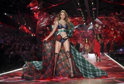 """Por su parte, la hermana de Bella, Gigi Hadid, que padece una afección tiroidea y ha sido criticada en el pasado por sus cambios físicos, agradeció detrás de escena a sus fans que la hicieran """"sentirse bien acerca de este espectáculo""""."""