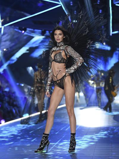 Tras no haber participado en la anterior edición, Kendall Jenner regresó a la pasarela de lencería.