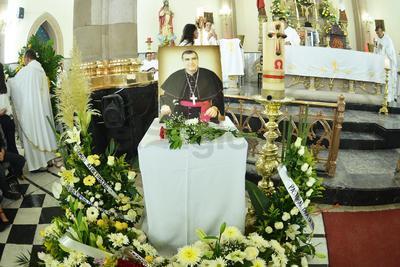 Fieles acudieron a velar los restos del obispo de Gómez Palacio.