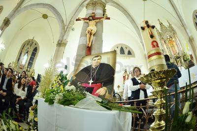 Posteriormente, continuaron los oficios religiosos con el rezo del Santo Rosario y la velación de los restos.