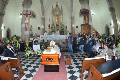 El ataúd con el cuerpo de Monseñor José Fortunato Álvarez, fue colocado a metros del altar mayor donde sería velado durante la noche del viernes y madrugada del sábado.