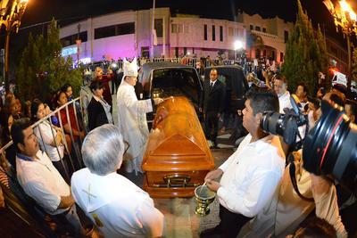 Como se había informado por las autoridades eclesiásticas, el ataúd con los restos mortales de Monseñor José Fortunato, arribó a la Catedral en punto de las 21:00 horas.