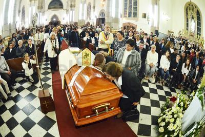 Decenas de fieles y representantes de la Iglesia católica en la Comarca Lagunera, recibieron la noche del viernes en la Catedral de Santa María de Guadalupe, el cuerpo de Monseñor José Fortunato Álvarez Valdez, segundo obispo de la Diócesis de Gómez Palacio.