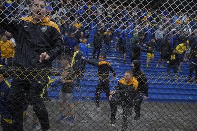 Los ánimos no cayeron, y fiel a sus colores, los hinchas de Boca entre cánticos y silbidos de desaprobación siguieron en las tribunas.