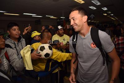 Tras su descenso del avión, jugadores y cuerpo técnico fueron recibidos por aficionados en el Aeropuerto Internacional de Torreón, donde no dudaron en tomarse fotografías y firmar autógrafos para sus hinchas laguneros.