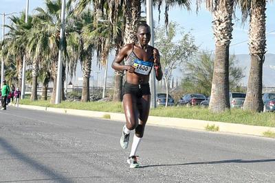 La keniana Joan Massah fue la mujer más veloz en el 21K Autocentro-Autopop.