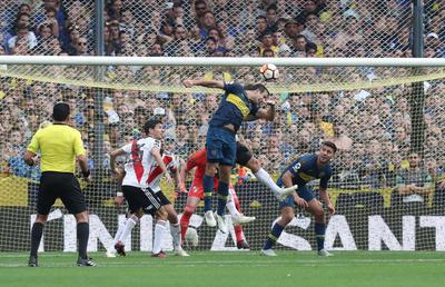Carlos Izquierdoz anota en su propio arco durante el primer partido de la final de la Copa Libertadores entre Boca Juniors y River Plate.