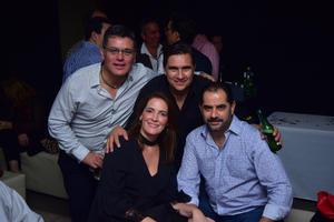 11112018 EN FESTEJO.  Paulo Barba con algunos de los invitados a su fiesta de cumpleaños.