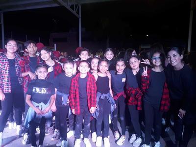 15112018 Alumnas del grupo de hip hop del Instituto Sanford con Miss Argie. Obtuvieron el 2° lugar en la categoría Big kids en la competencia de baile escolar del Colegio Excélsior.