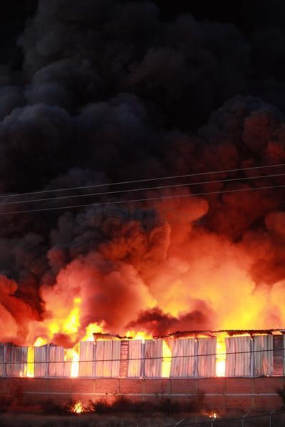 Autoridades indicaron que hasta el momento no se reportan personas lesionadas; la bodega se encontraba sola cuando comenzó el fuego.