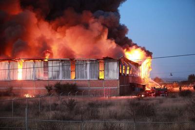 Una enorme columna de humo se dibujó en la zona oriente de la ciudad, ya que se quemaba el medicamento almacenado.
