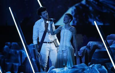 El cantante colombiano Sebastián Yatra  y la cantante estadounidense Halsey.