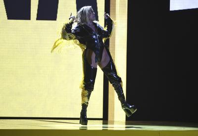 """Karol G en su performs de """"Mi Cama"""" ."""