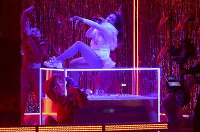 Nicky Jam y  J Balvin en su perform durante los Latin Grammy.